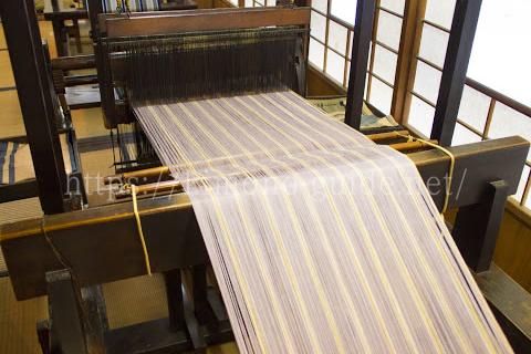 黄八丈はすべて手織りで、2通りの織り方がある